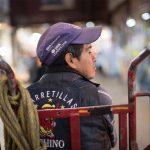 Los 'diableros' se encargan de transportar la mercancía dentro de la Central de Abasto y su paga llega a ser hasta $200 por viaje | Foto: Carlos Aranda