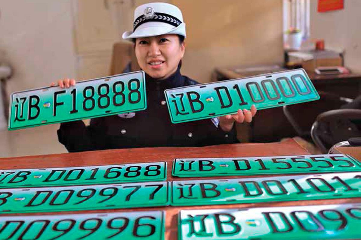 Algunas ciudades chinas otorgan placas verdes a los propietarios de autos eléctricos, que implican ciertos privilegios | Foto: Imaginechina