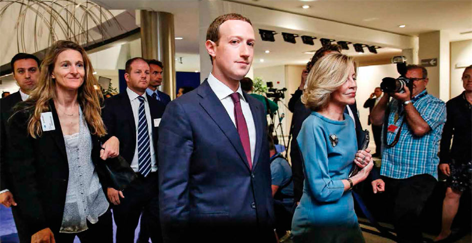 NO SE QUEDA QUIETO: MARK ZUCKERBERG EN EL PARLAMENTO EUROPEO EN BRUSELAS DURANTE MAYO 2018 | FOTO: DARIO PIGNATELLI—BLOOMBERG/GETTY IMAGES