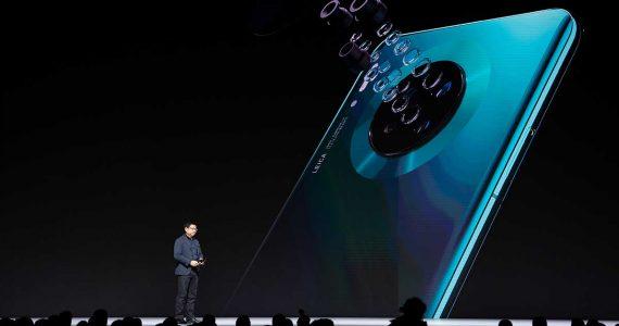 Richard Yu, Head de servicios al consumidor de Huawei, presenta el Huawei Mate 30 / 30 Pro smartphone series a medios | Foto: Getty Images