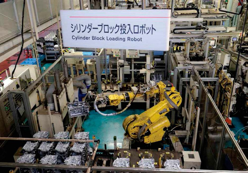 Izq. Un brazo robótico automatiza parte del ensamblaje de un motor en una planta de Nissan. Como parte de la tendencia mundial, la compañía también apuesta por la autonomía, la electrificación y la conectividad en sus unidades.