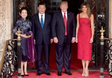 El presidente Donald Trump y la primera dama Melania Trump posan para una foto con el presidente chino Xi Jingping y su esposa Peng Liyuan | Foto: Getty Images