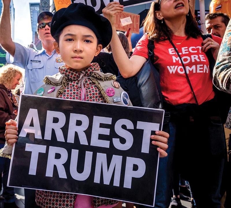 Cientos de manifestantes se reunieron el 13 de octubre en Times Square, en Manhattan, para exigir la destitución de Trump | Foto: Getty Images
