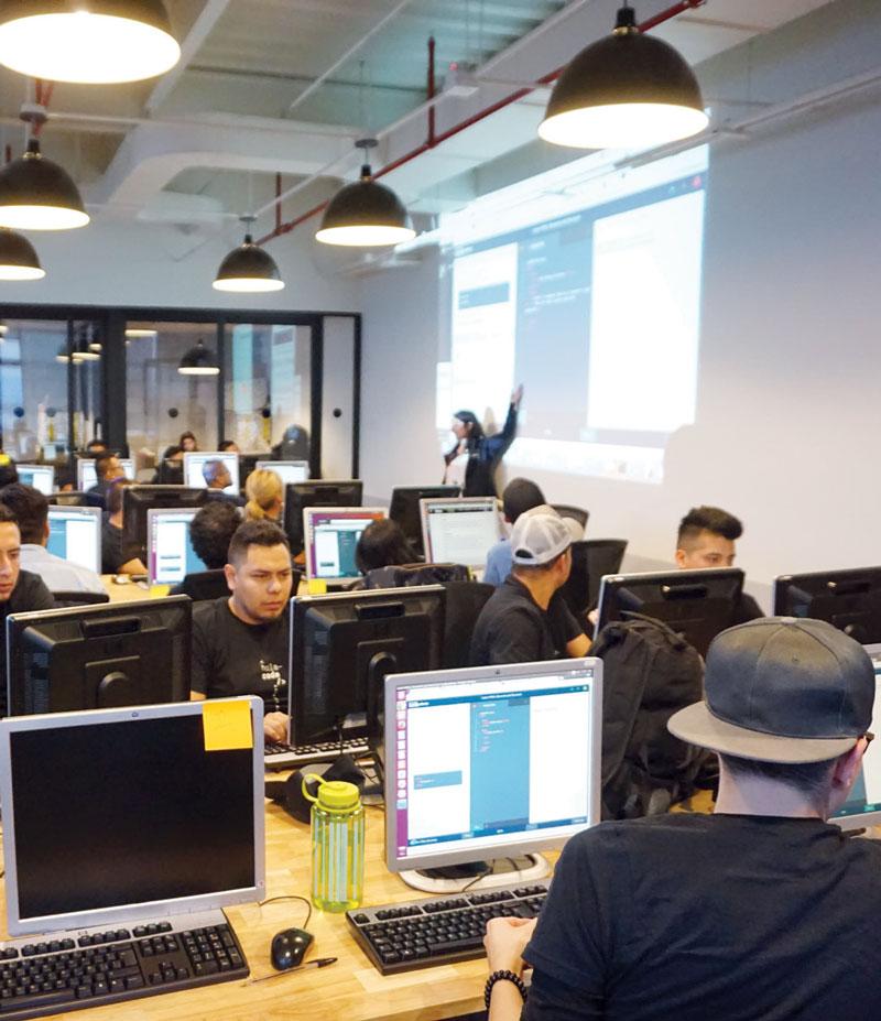 Hola Code capacita migrantes talentosos para comenzar su vida laboral en el sector de tecnología de la información. | Foto: holacode.com