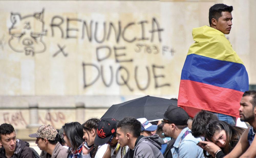 En Bogotá, Colombia, un manifestante protesta contra el gobierno del presidente Iván Duque. Fue la segunda huelga en siete días contra cambios en las leyes de pensiones y trabajo, medidas de austeridad que no gustaron a todos. | Foto: Getty Images