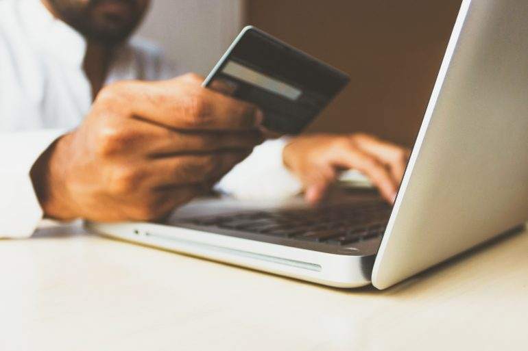 Consulta la tasa de interés de tu tarjeta | Foto: Rupixen.com/Unsplash