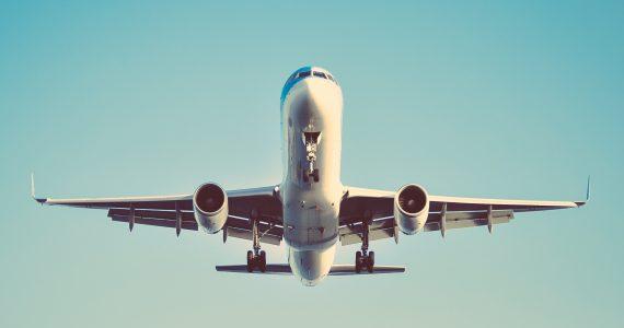 Los aviones comerciales tienen un sistema de filtración de aire nivel quirúrgico, según la IATA. | Foto: Unsplash