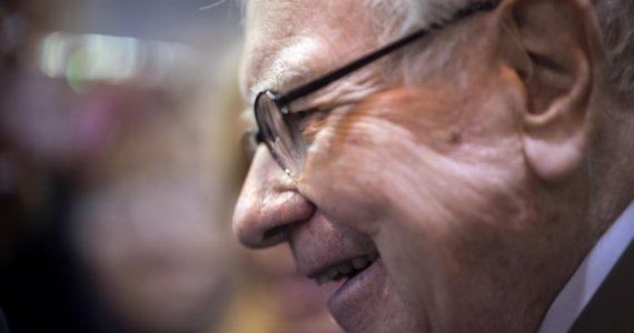 En lugar de comprar en estos tiempos, Buffett se deshizo de su masiva posición en compañías aéreas. | Foto: AFP