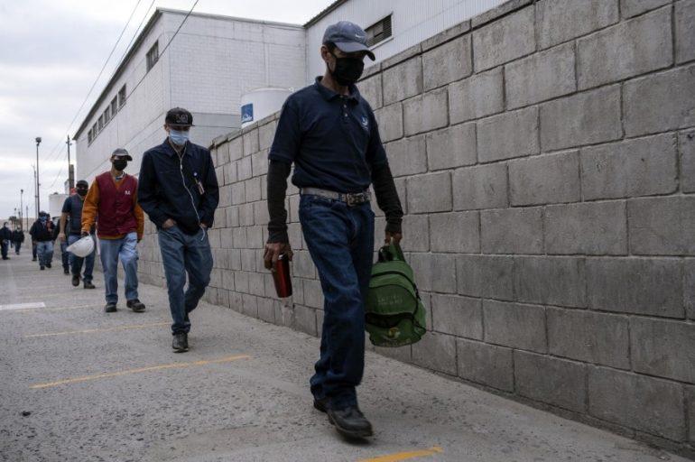 El regreso al trabajo se verá marcado por la implementación de protocolos de salud.   Foto: AFP