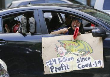 Personas protestan cerca de la sede de Amazon en Seattle. | Foto: AFP