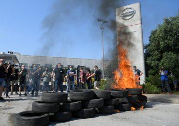 Trabajadores de la planta Nissan en Barcelona protestan por la clausura definitiva. | Foto: AFP