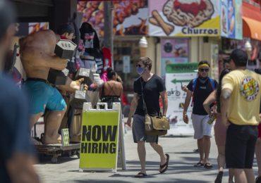 La tasa de desempleo en Estados Unidos bajó en mayo a 13.3%. | Foto: AFP