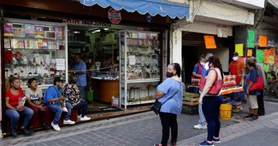 AMLO dijo que en mayo se perdieron menos de 350,000 empleos formales. | Foto: AFP