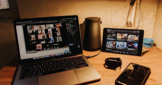 El home office conlleva riesgos para empresas y trabajadores, como la vulneración de la protección de datos personales. | Foto: Unsplash
